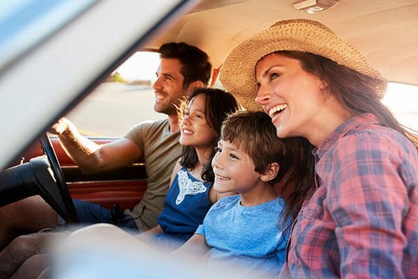 família viajando no carro