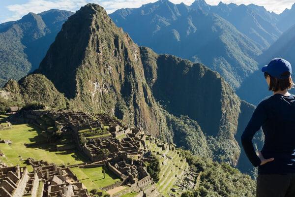 Mulher observando as construções em Machu Picchu no Peru.