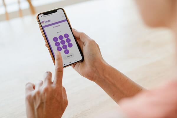 Mulher entrando em contato com seguradora através do aplicativo da Real Seguro Viagem